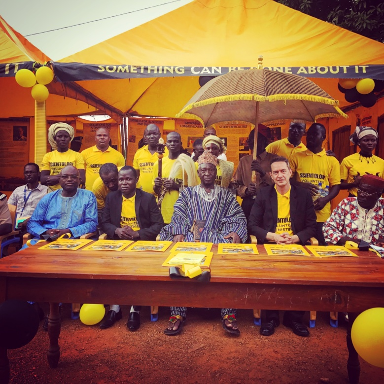 Les dignitaires de Bassar pour la cérémonie d'ouverture de la tente des Ministres Volontaires de Scientologie
