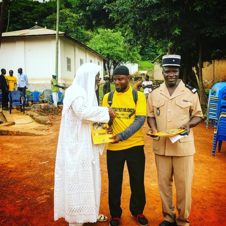 L'imam Yelbi Suleiman (avec le t-shirt jaune), fait découvrir les Ministres Volontaires de Scientologie à Bassar
