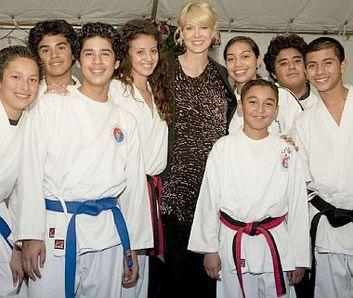 Jenna Elfman et les enfants qui suivent les cours d'arts martiaux organisés par la ligue des activités de la police