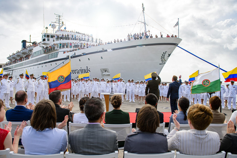 La police nationale colombienne décore de la plus haute distinction le leader ecclésiastique de l'Eglise de Scientologie