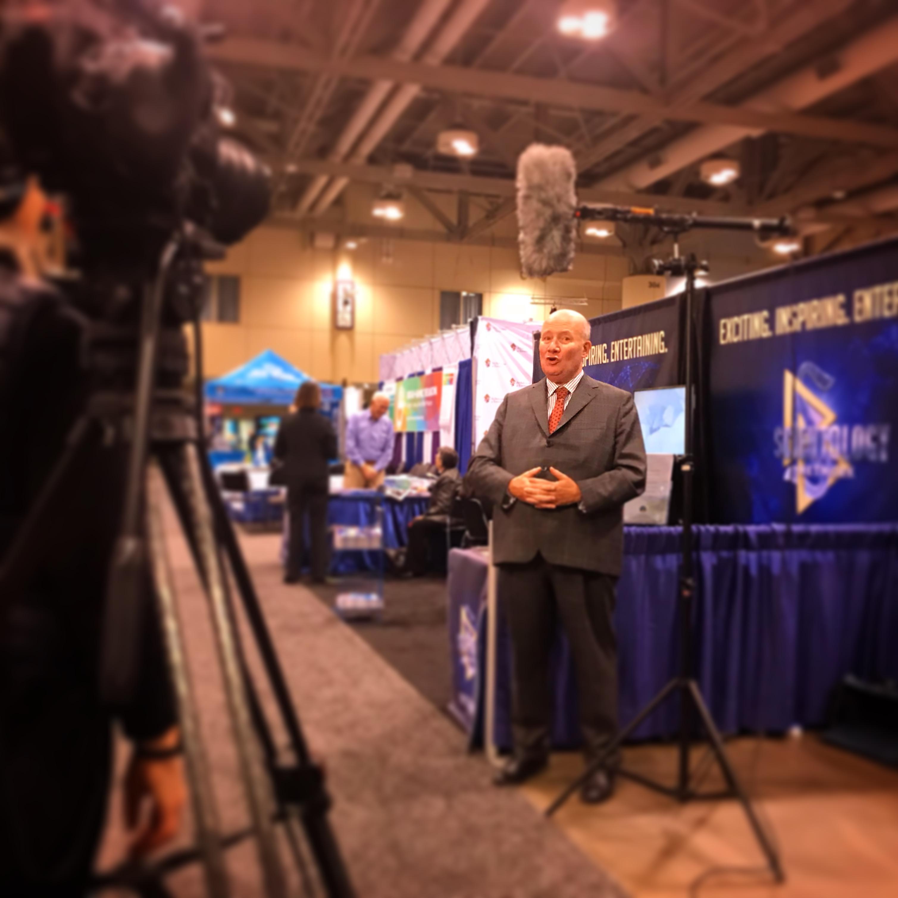 L'expert Massimo Introvigne au stand de l'Eglise de Scientologie